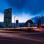 Blaue Stunde am Kreisel an der Honsellbrücke und der EZB