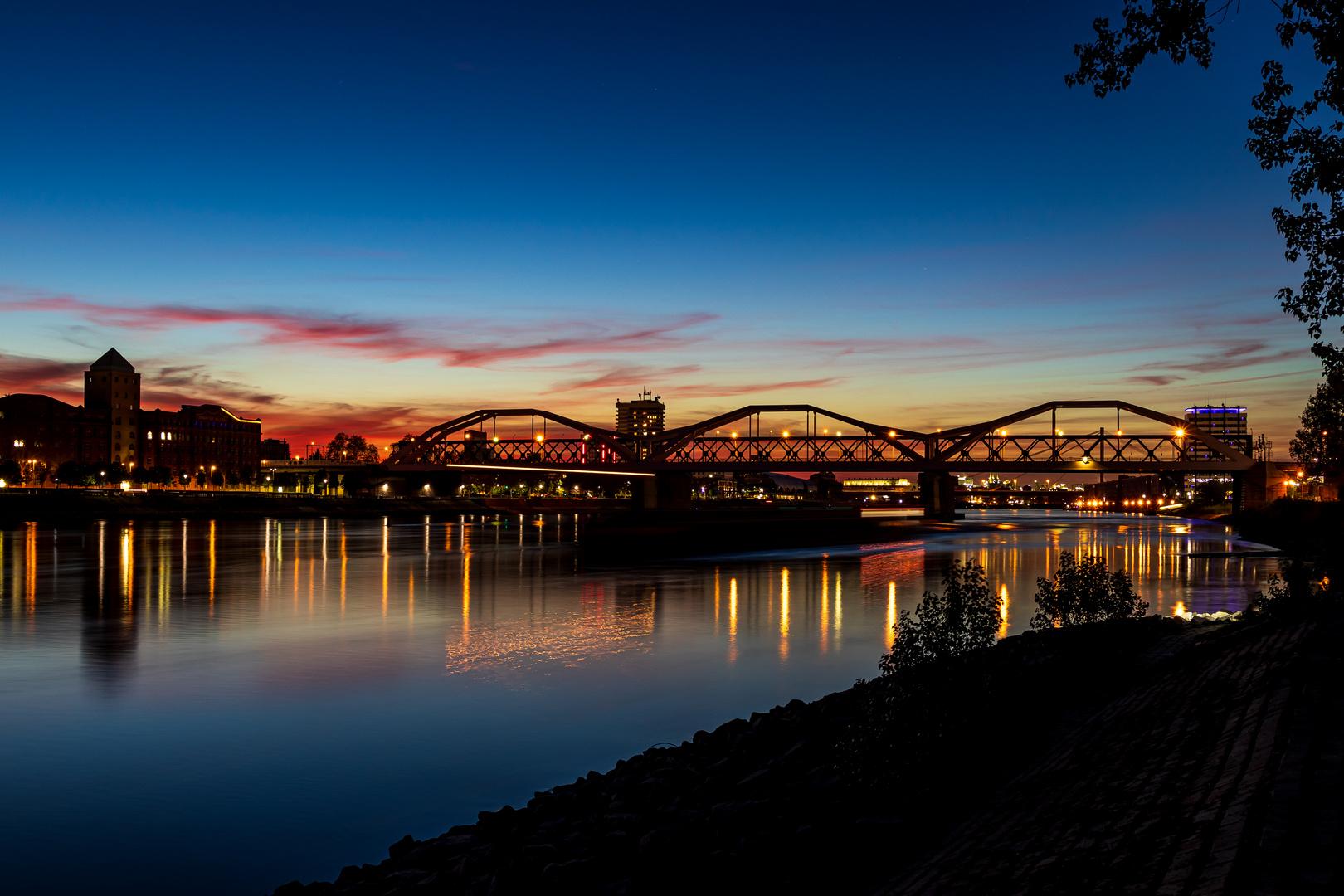 Blaue Stunde am Rheinufer