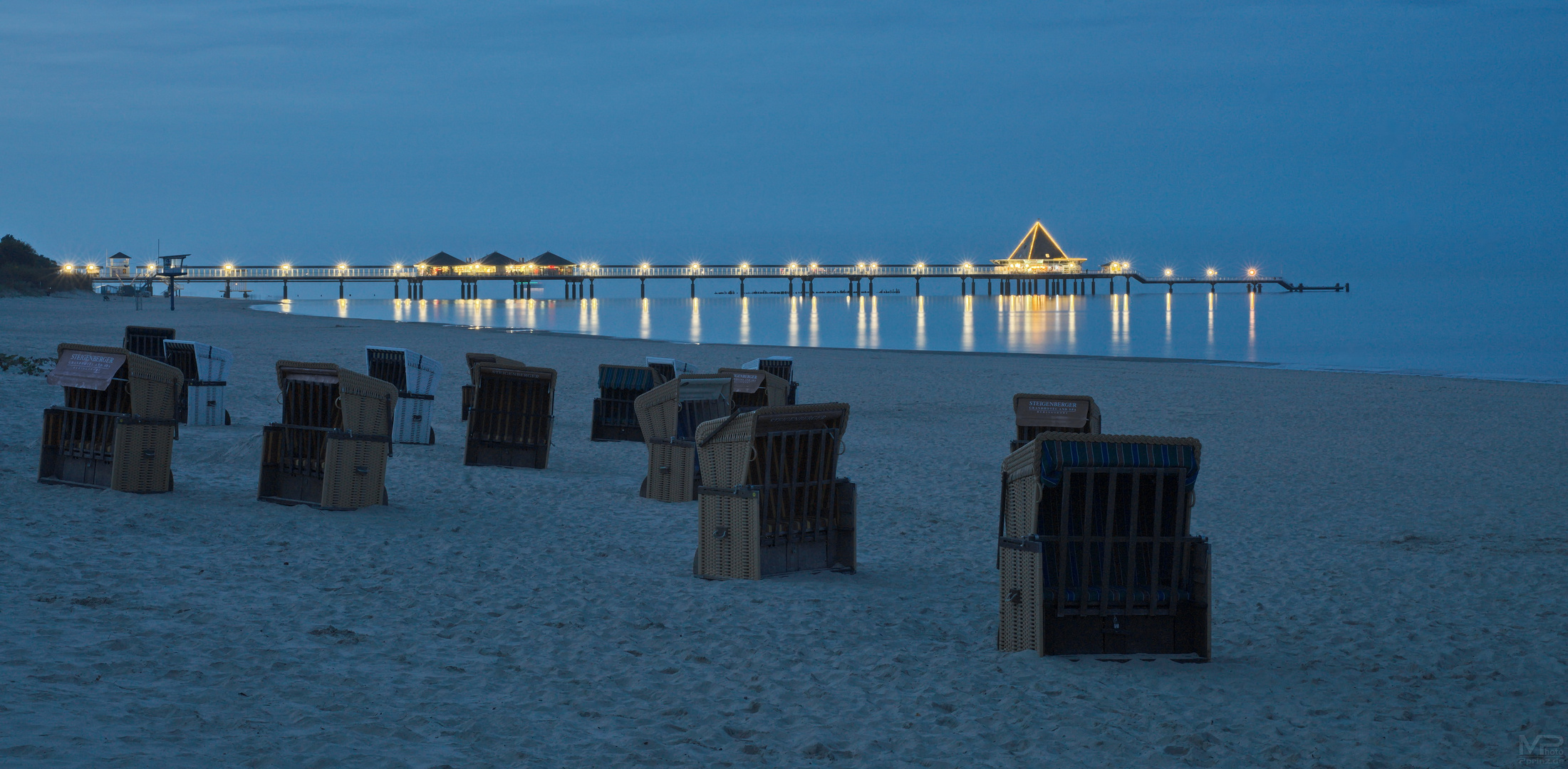 Blaue Stunde am Strand ..