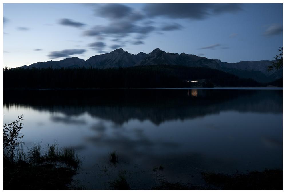 Blaue Stunde am Two Jack Lake, Banff Nationalpark