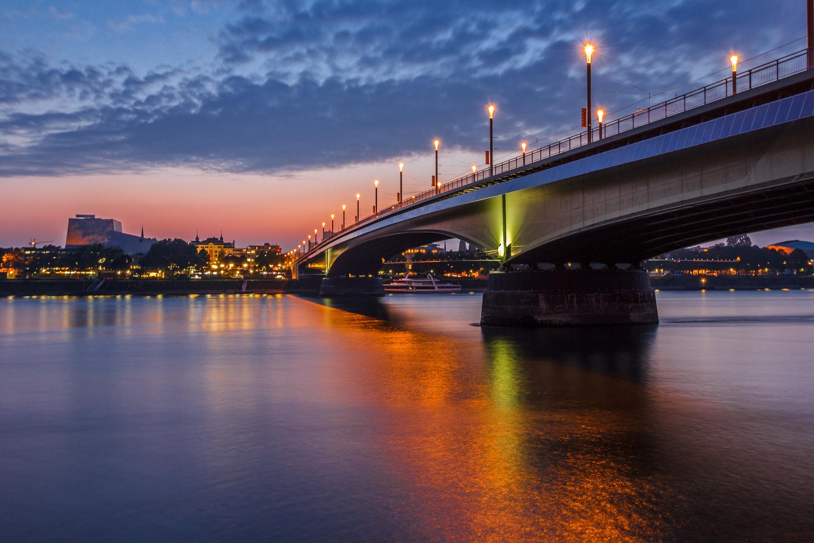 Blaue Stunde an der Kennedybrücke in Bonn