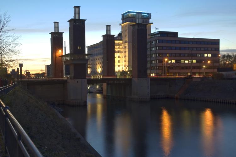 Blaue Stunde im Innenhafen Duisburg