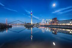 Blaue Stunde im Medienhafen-Düsseldorf