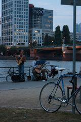 Blaue Stunde Mainufer Musiker