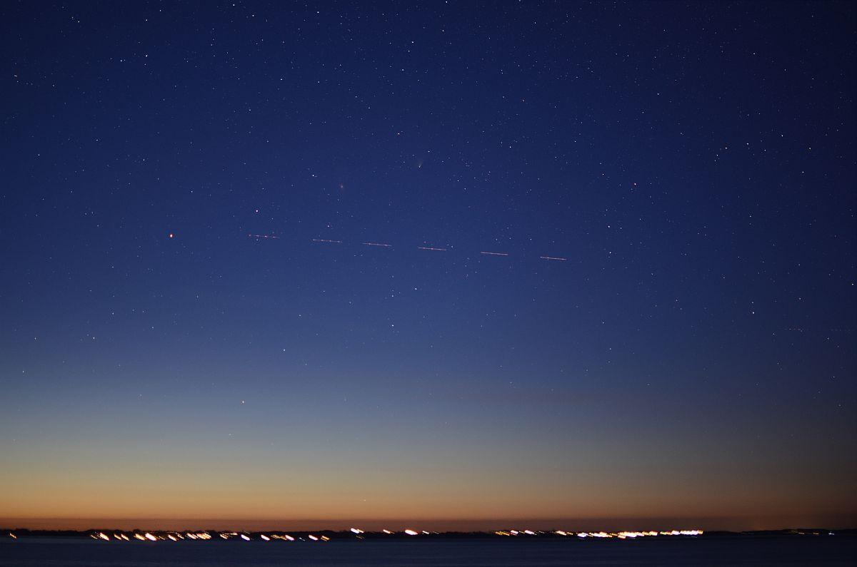 Blaue Stunde mit Andomedagalaxie in Komet