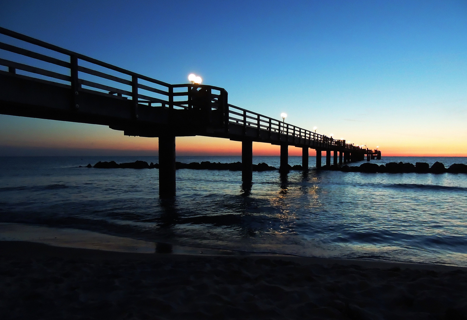 Blaue Stunde mit Seebrücke