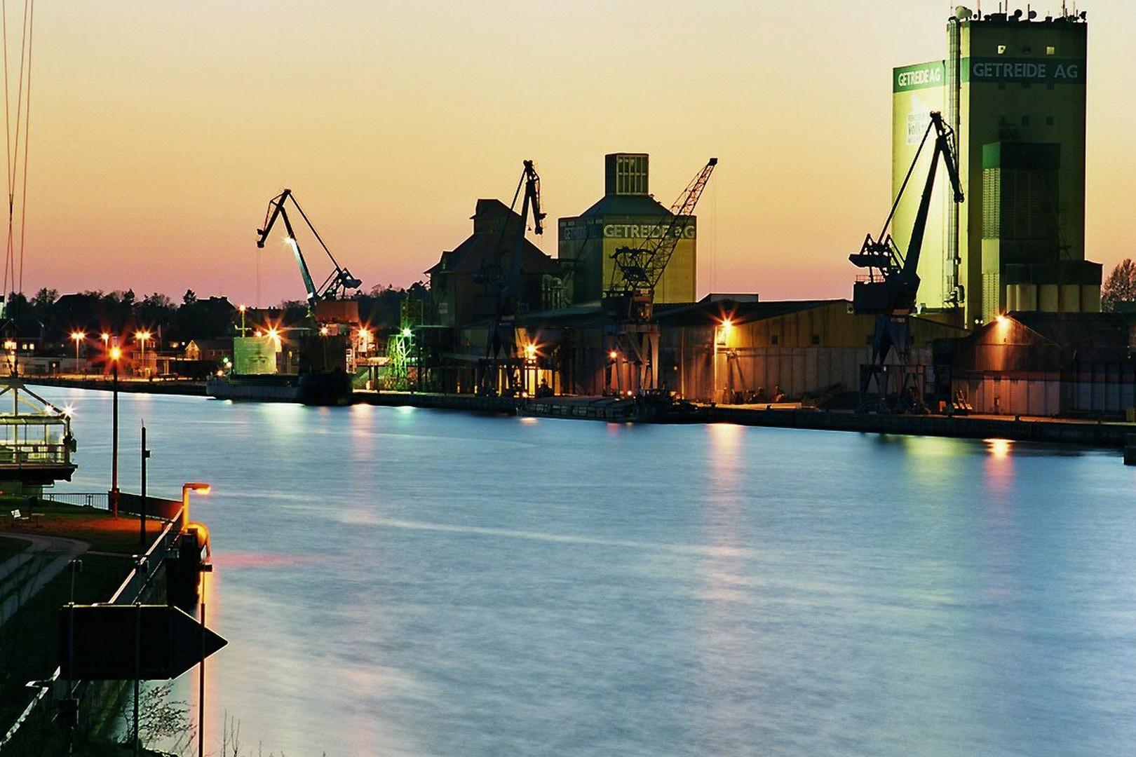 Blaue Stunde Rendsburger Kanalhafen