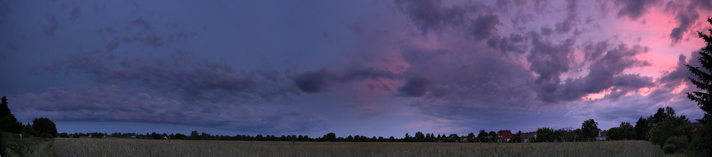 Blaue Stunde über dem Feld