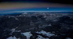 Blaue Stunde über den Bergen des Bayerischen Waldes