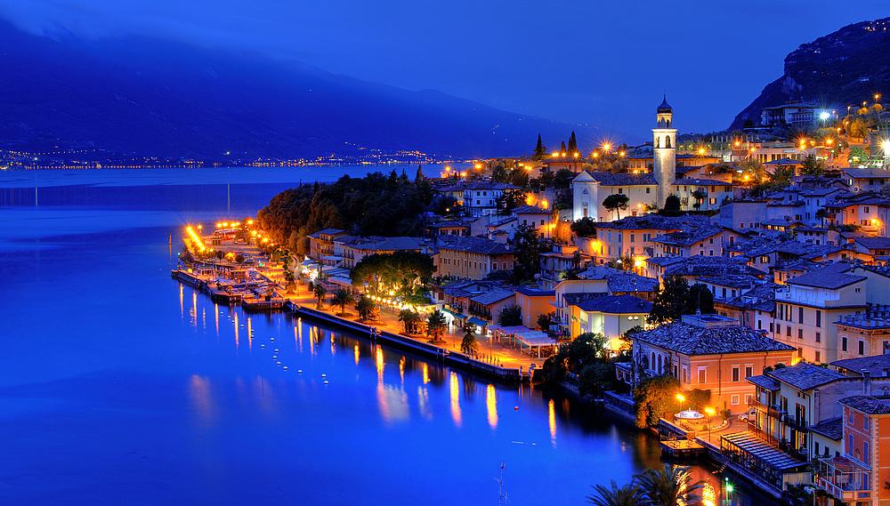 Blaue Stunde über Limone sul Garda