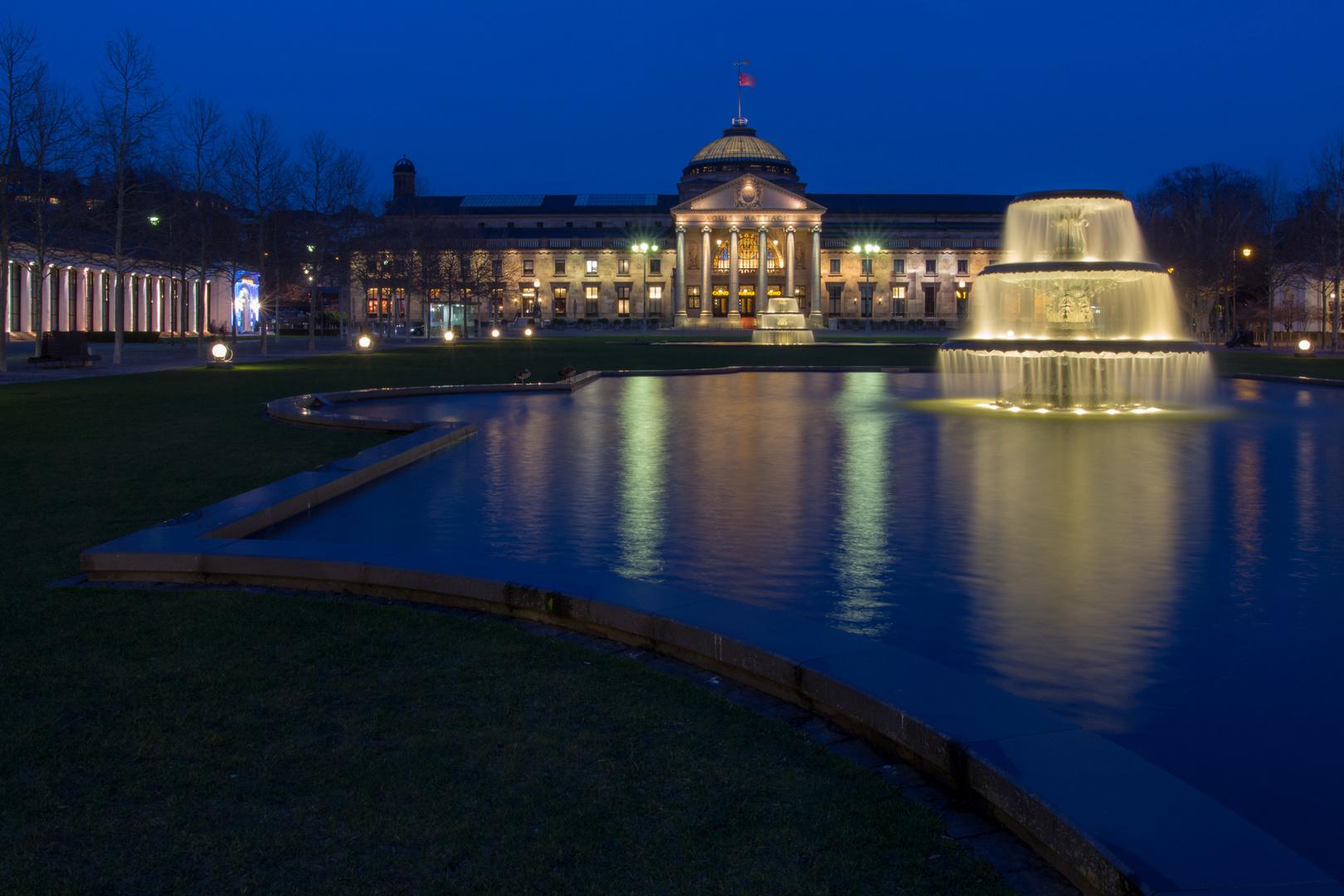 Blaue Stunde vor dem Kurhaus in Wiesbaden....