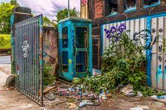Blaue Telefonzelle - vergessen in der Ecke