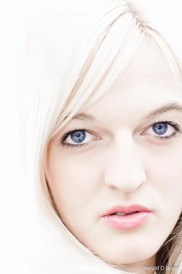 Blauer Blick in Weiss