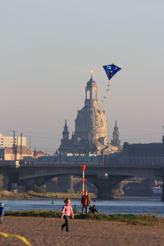 Blauer Drache vor Frauenkirche Dresden