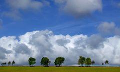 blauer Himmel, dicke Wolken