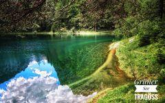 Blauer Himmel im Grünen See