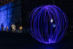 Blauer Lichtkreis mit Gespenst