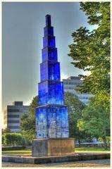 blauer obelisk