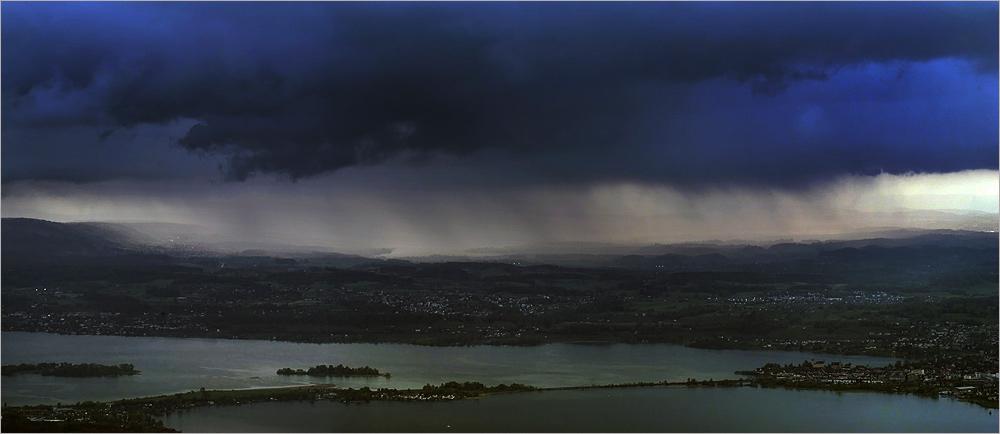 Blauer Regenschauer über dem Oberland