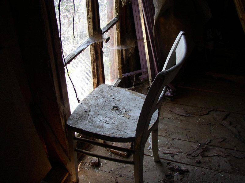 Blauer Stuhl vor Fenster