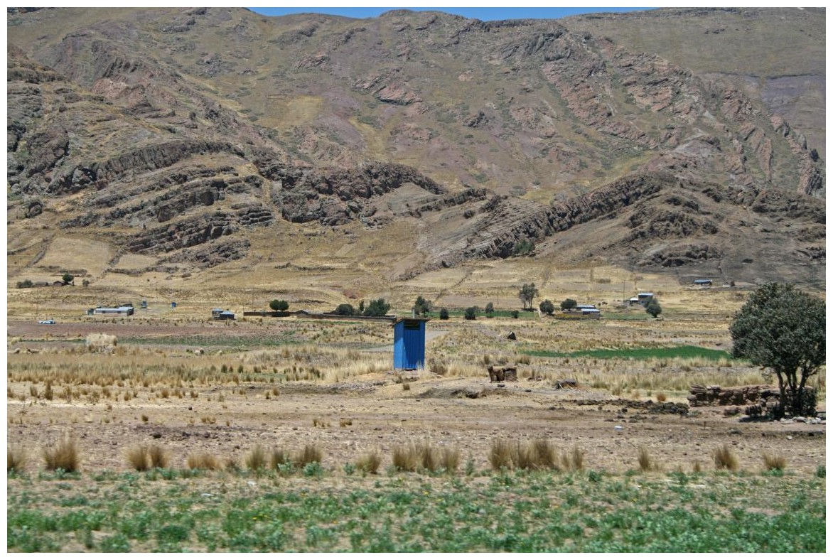 """blaues """"Dunny"""" (australisches Wort für """"Plumpsklo/ Donnerbalken"""") in Peru"""
