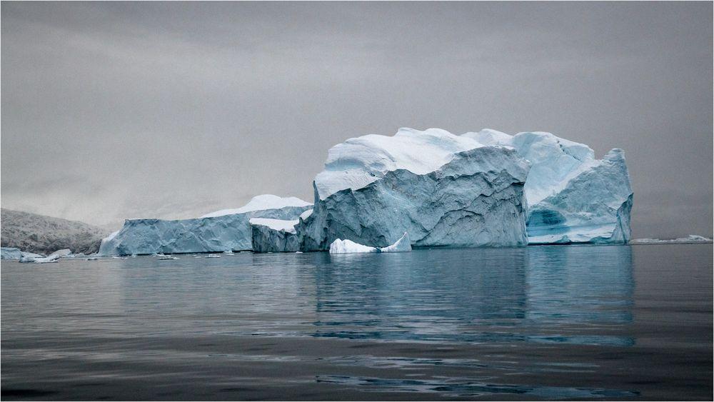 Blaues Eis und grauer Himmel
