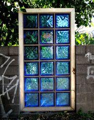 Blaues Fenster am Kanal