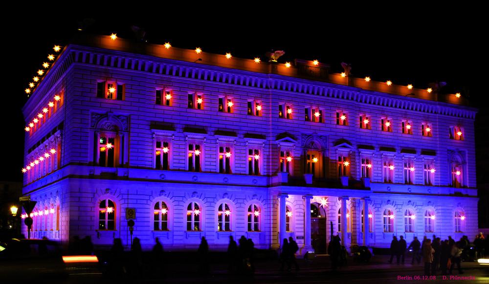 Blaues Gebäude mit Roten Sternen
