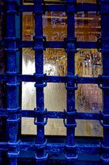 ... blaues Gitter mit Kondenswasser ...