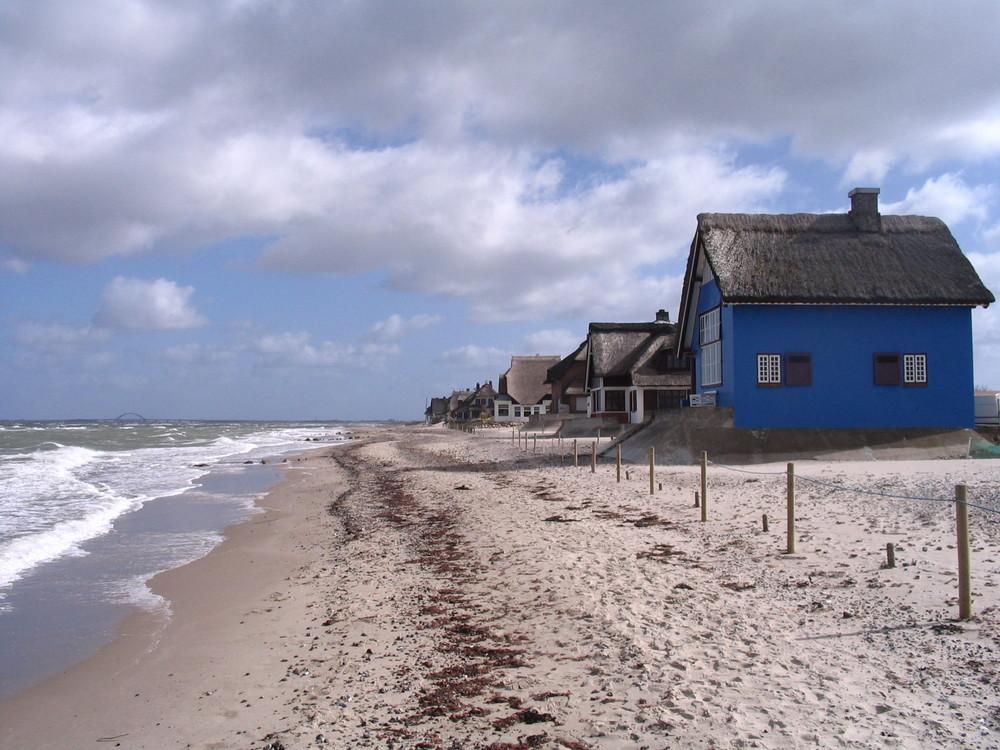 blaues Haus  an einem Strand vor der Insel Fehmarn