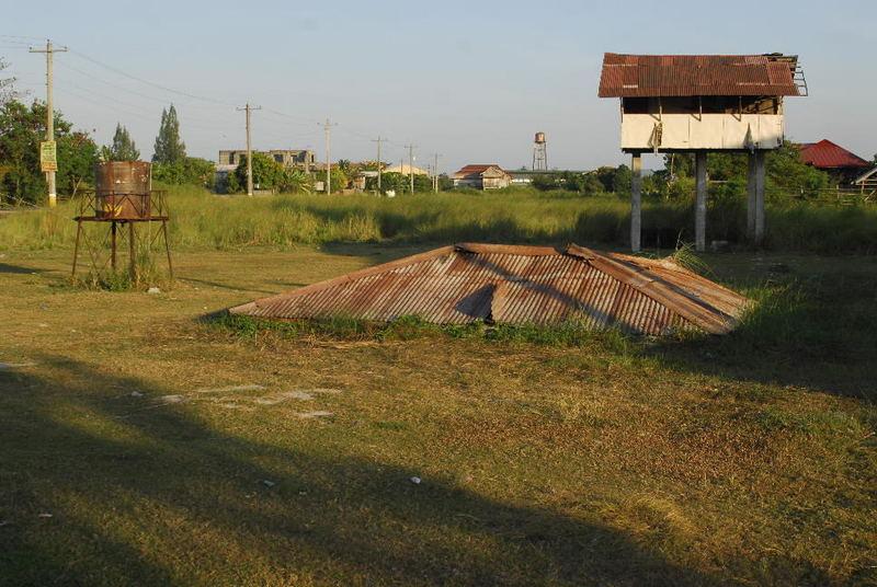 Blechdach eines Versunkenen Gebaeudes in Bacolor