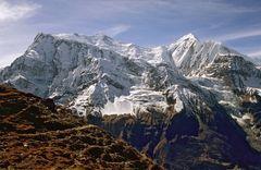 Blick auf Annapurna III (7555m) und Ganggapurna (7455m) von links