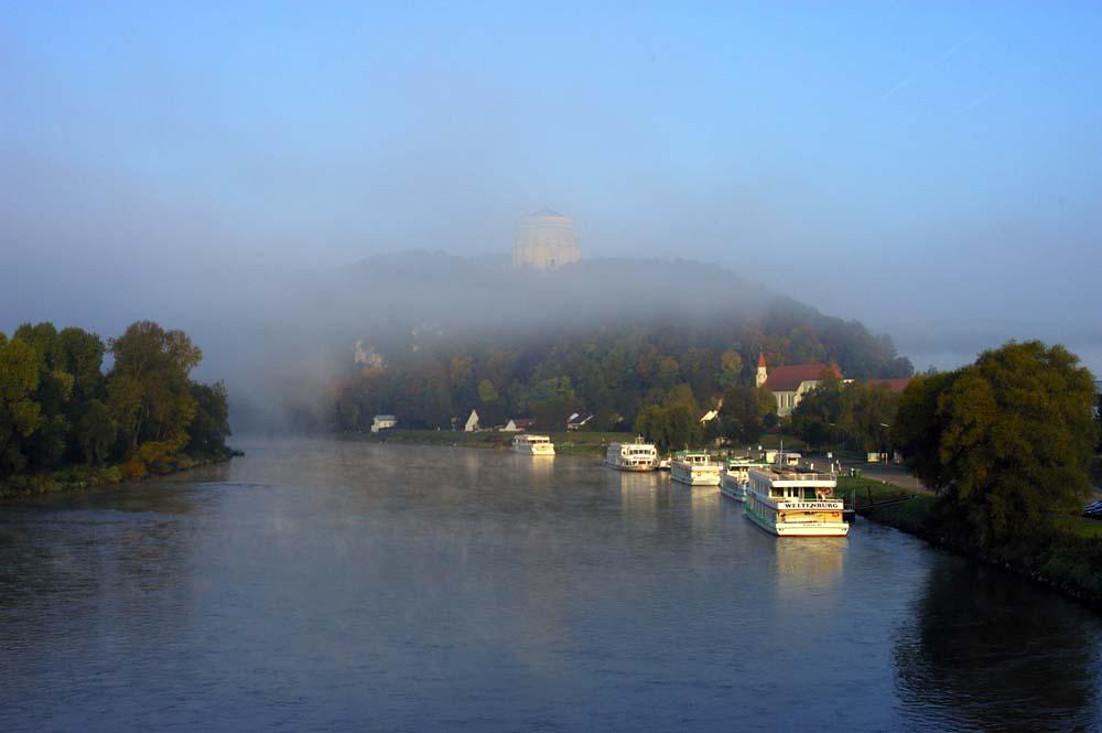 Blick auf Befreiungshalle Kelheim im Morgennebel