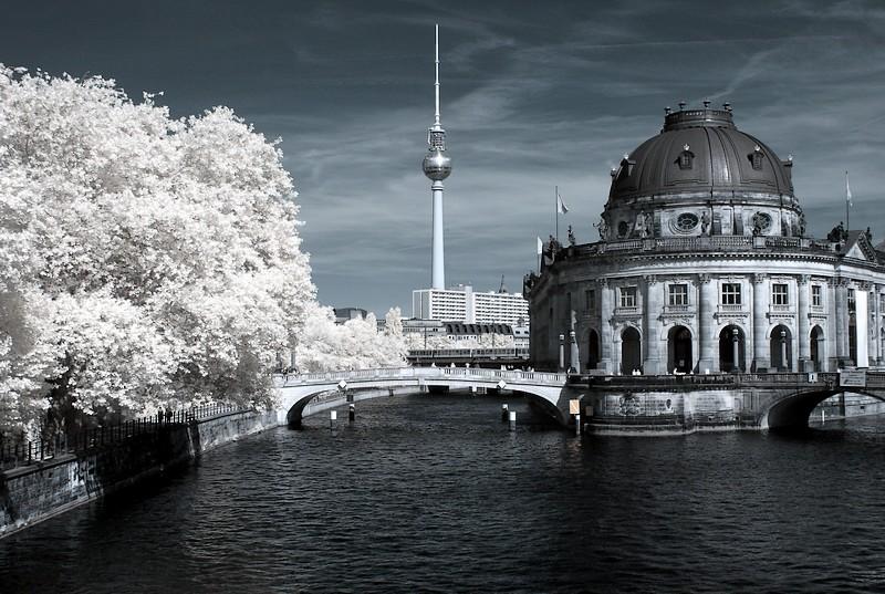 Blick auf Berliner Bodemuseum in Infrarot (IR)