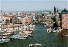 Blick auf das Gewusel im Hafen/ Hamburg  2005