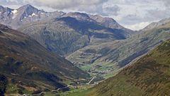 Blick auf den berühmten Furkapass, der in der Schweiz...