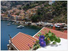Blick auf den kleinen Hafen von Symi