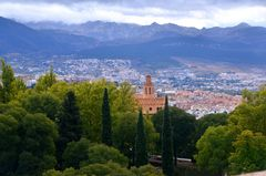 Blick auf den Park an der Alhambra und in die Sierra Nevada