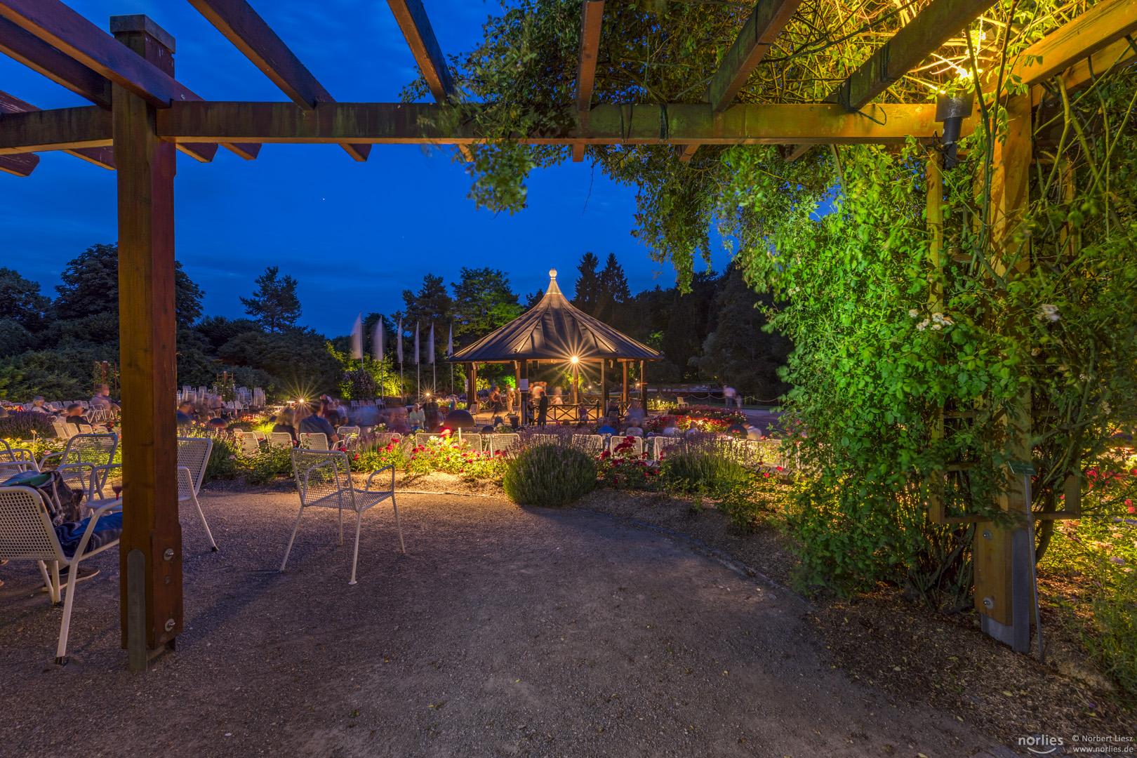 Blick auf den Rosenpavillon zur blauen Stunde