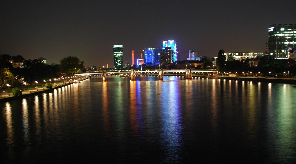 Blick auf den Westhafentower Frankfurt