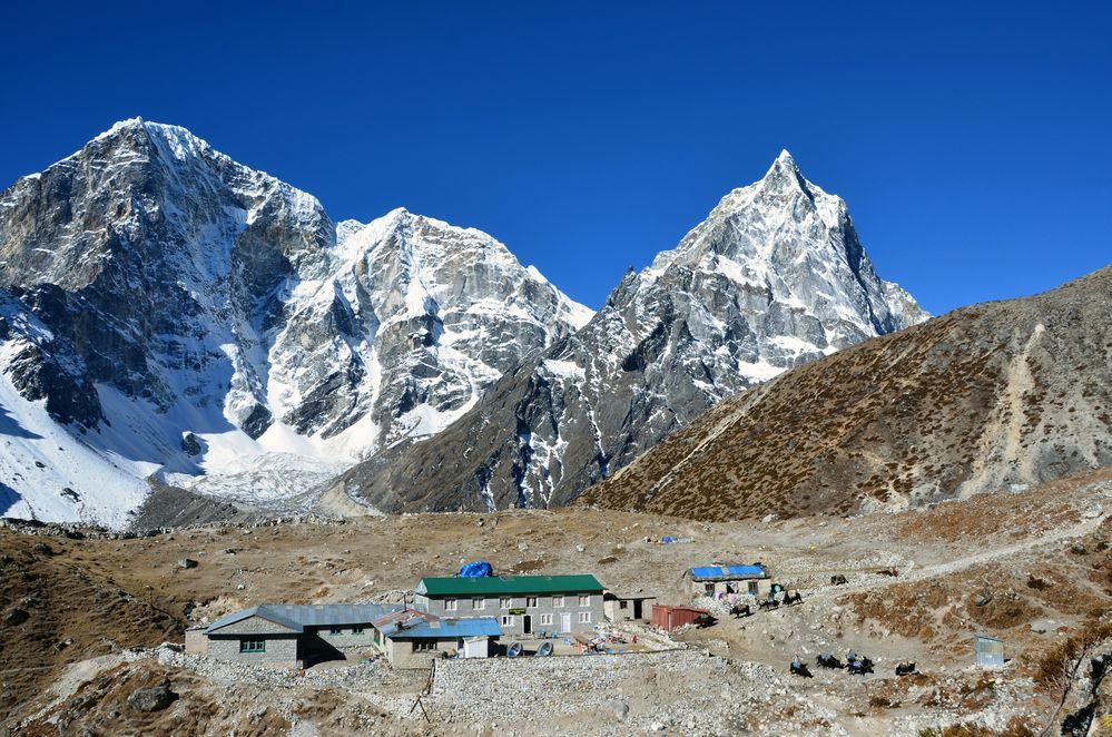 Blick auf die Alp Dughla mit Taboche (6501m) und Cholatse (6440m)