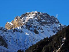 Blick auf die Berge: Was, wenn der Mond den Berg berührt?