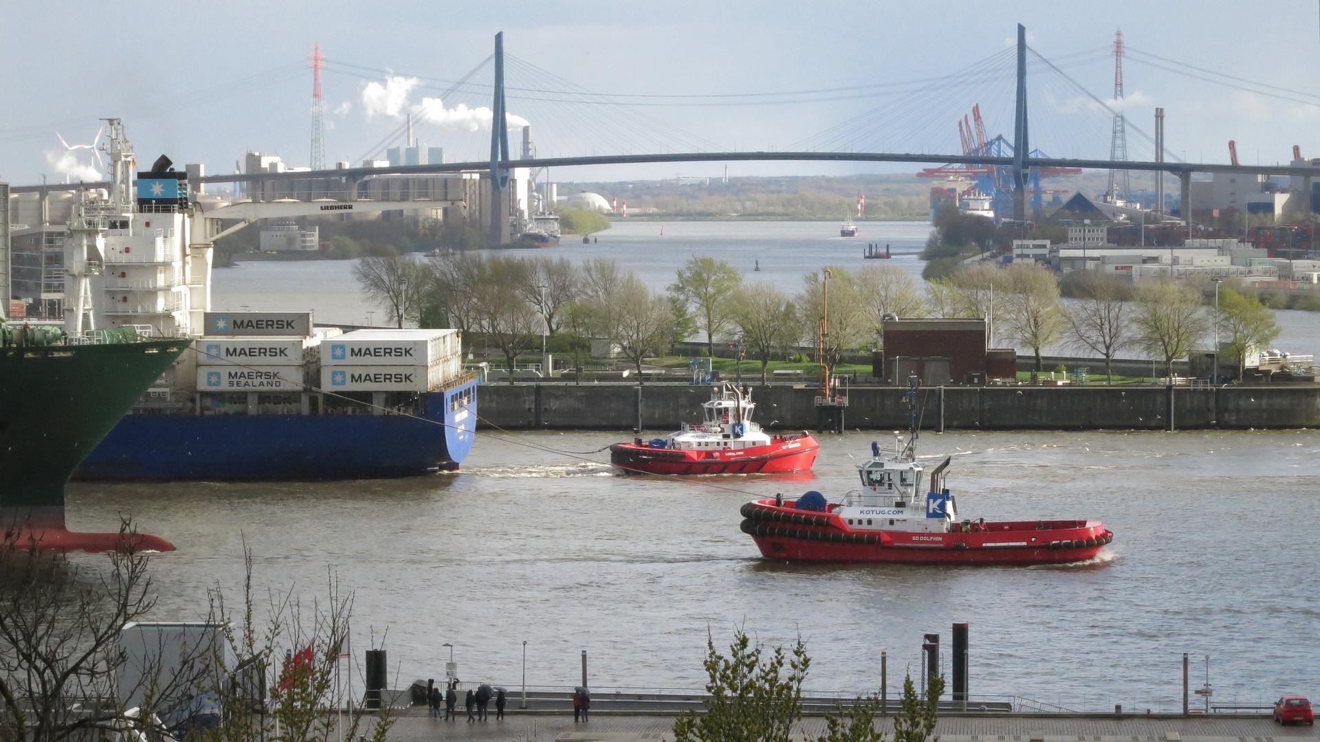 Blick auf die Elbe und die Köhlbrandbrücke