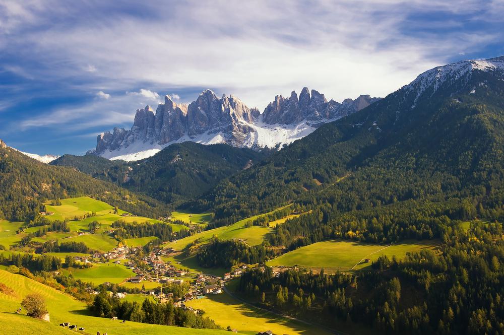 Blick auf die Geislerspitzen mit St. Johann / Südtirol