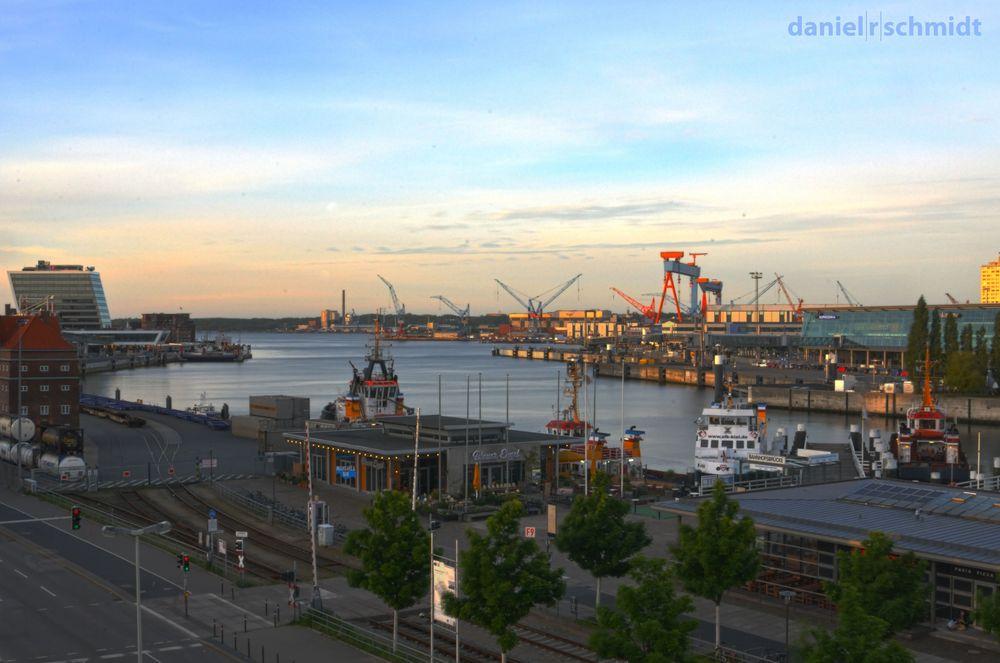 Blick auf die Kieler Bahnhofsbrücke und den Schwedenkai (HDR)