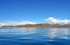 Blick auf die Küste der Halbinsel Capachica am Titicacasee