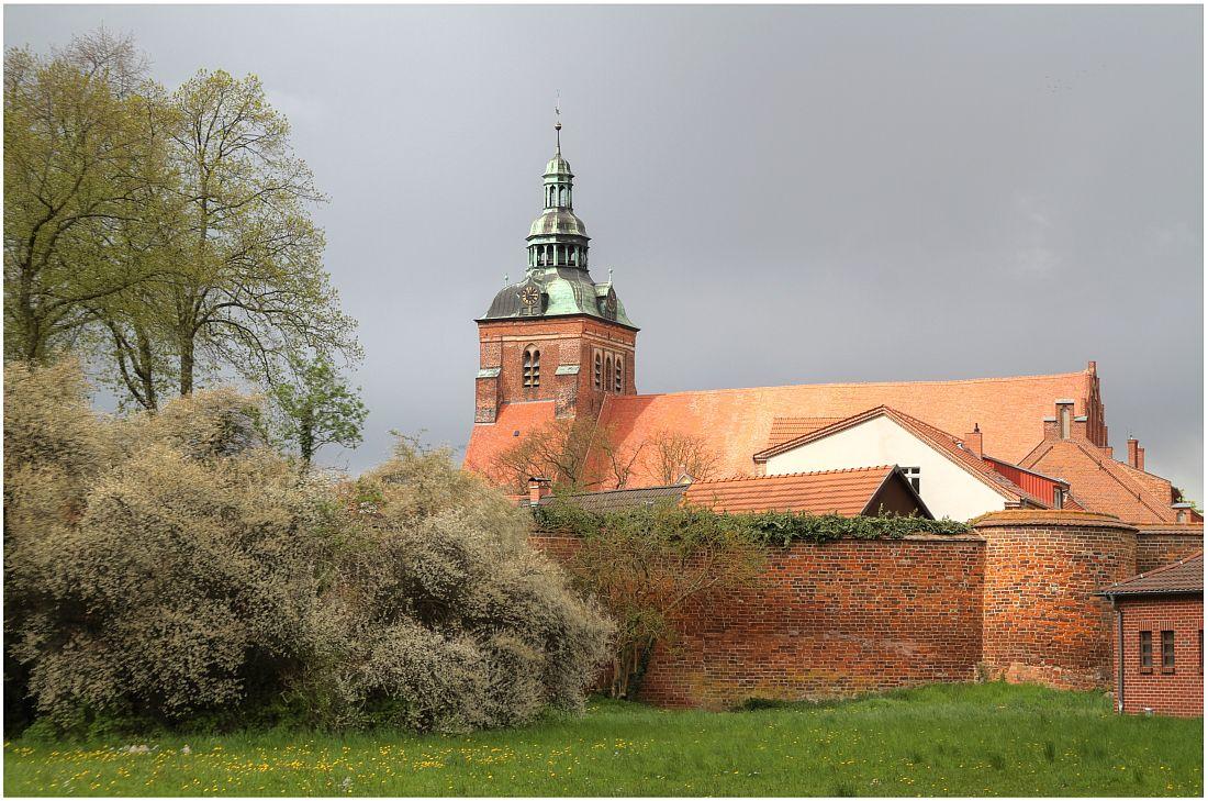Blick auf die St.-Marien-Kirche vom Bleichwall in Wittstock/Dosse