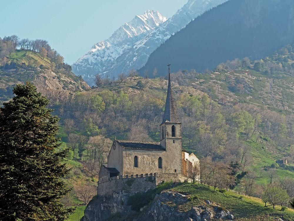 Blick auf die Südrampe, CH-Wallis, und die Schlosskirche Raron. - Bonne année!