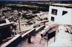 blick auf die treppen zu den gebetsräumen vom kloster thikse und im hintergrund das dorf