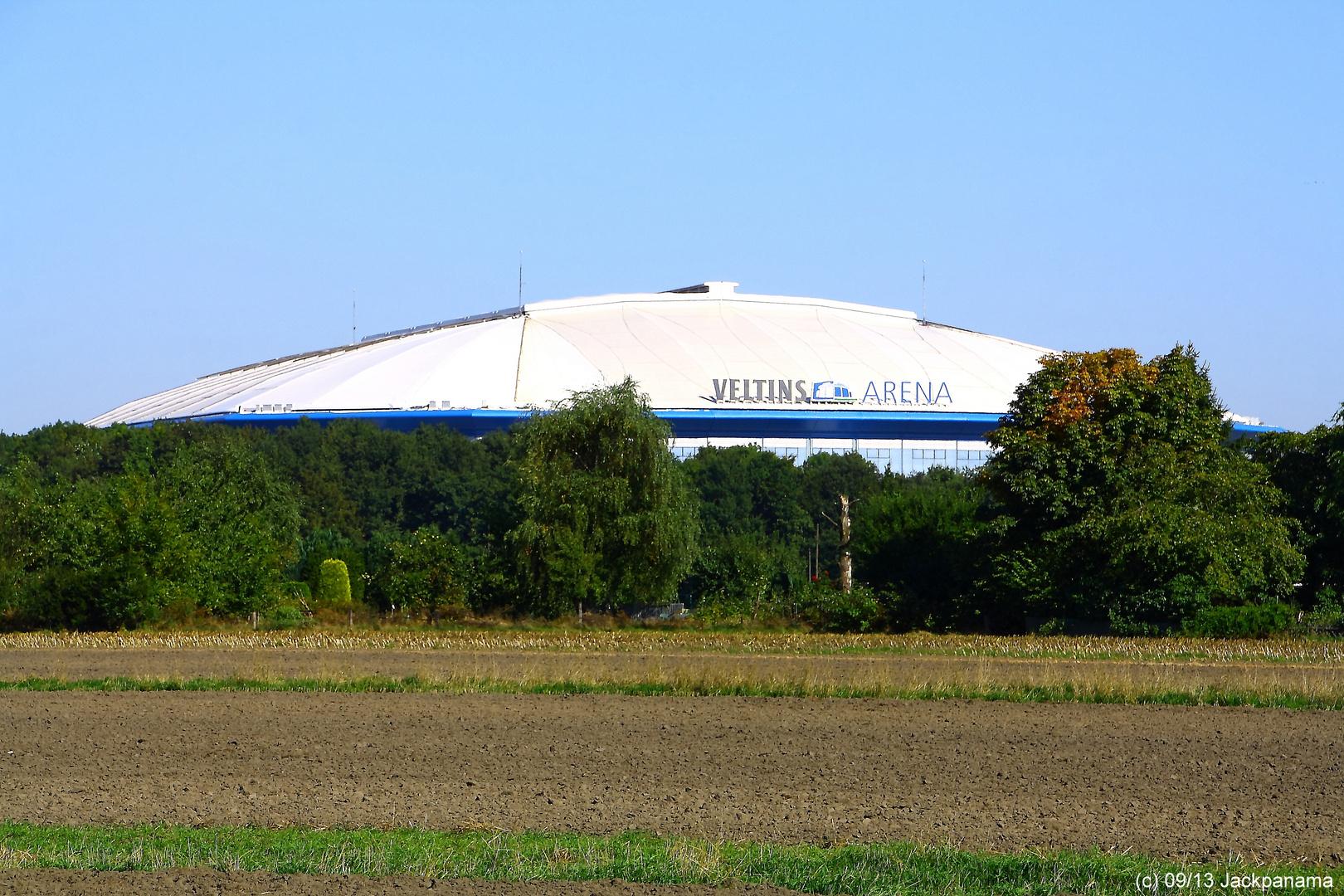 Blick auf die Veltins Arena vom neuen Friedhof aus